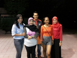 Desak, mbak Dewi, Dewinta, Dea, DewaBerpose sejenak setelah makan malam bersamaDewi-Dea-di-Jimbaran